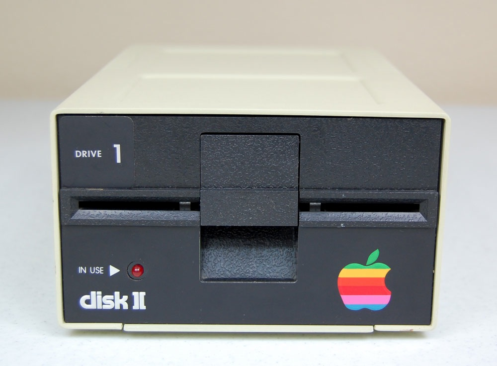 IMAGE(http://mirrors.apple2.org.za/Apple%20II%20Documentation%20Project/Peripherals/Disk%20Drives/Apple%20Disk%20II/Photos/Apple%20Disk%20II%20Drive%20-%20Front.jpg)